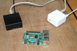 NanoPi R2S(左)和 NanoPi NEO(右)——(Raspberry Pi 4是用来比较两个产品尺寸大小的)