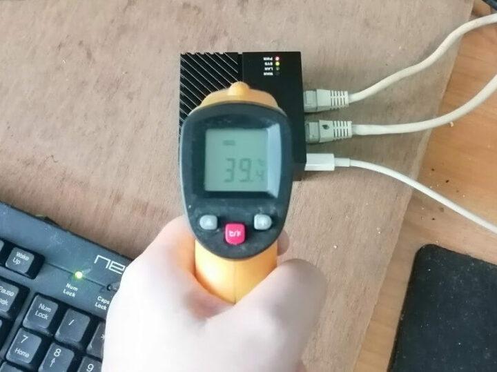 红外线温度计测试的NanoPi-R4S温度