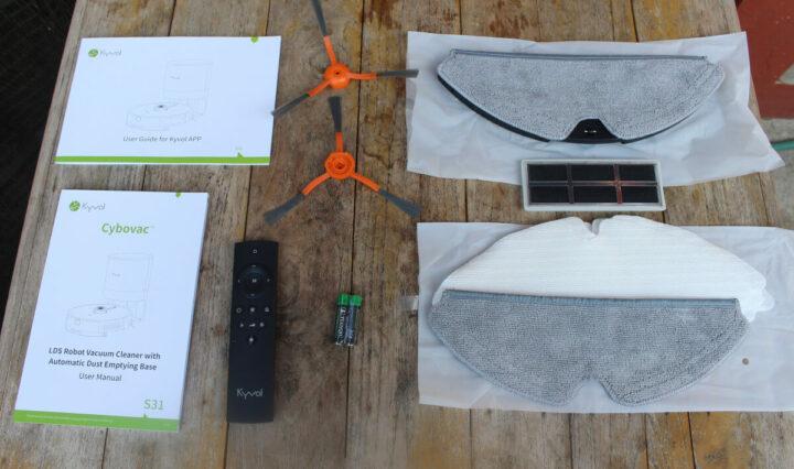 S31 智能吸尘机器人配件盒里的物品