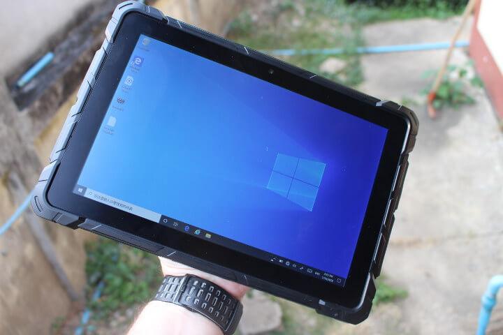 借助手带后单手使用Windows 10平板电脑