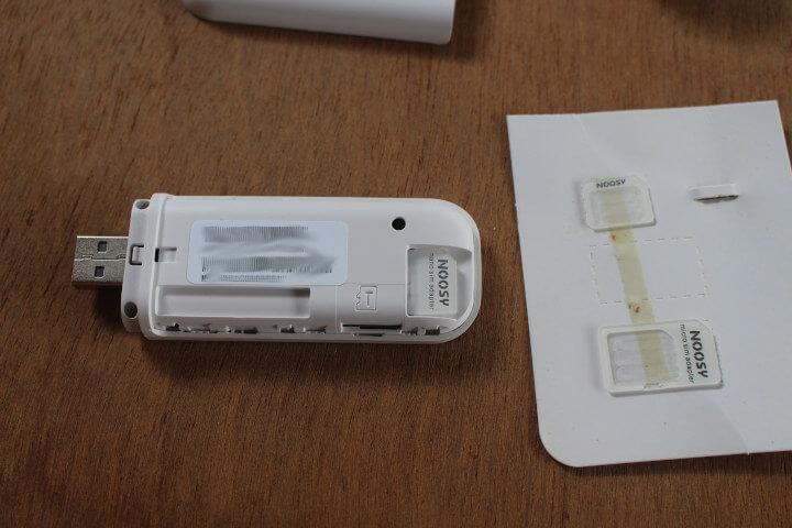 在4G WiFIUSB加密狗上安装SIM卡