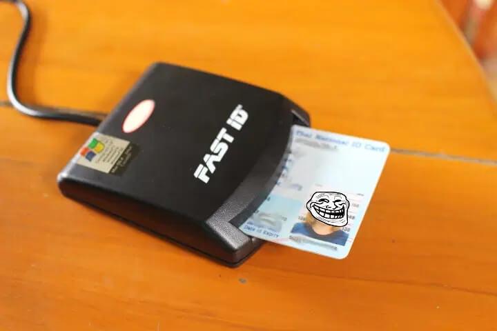 EZ100PU智能读卡器连接到笔记本电脑并插入身份证